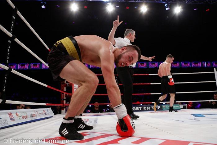 Tomasz Goluch (ceinture dorée) est compté lors de son combat face à Pierino Paglierini durant le Gala de boxe 3ème round pour le monde qui s'est déroulé à Charleroi (RTL Spiroudome) le 17/12/2016. Photo : Frédéric de Laminne