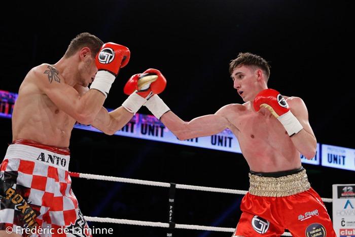 Combat entre Antoine Vanackere (short rouge) et Anto Nakic lors du Gala de boxe 3ème round pour le monde qui s'est déroulé à Charleroi (RTL Spiroudome) le 17/12/2016. Photo : Frédéric de Laminne