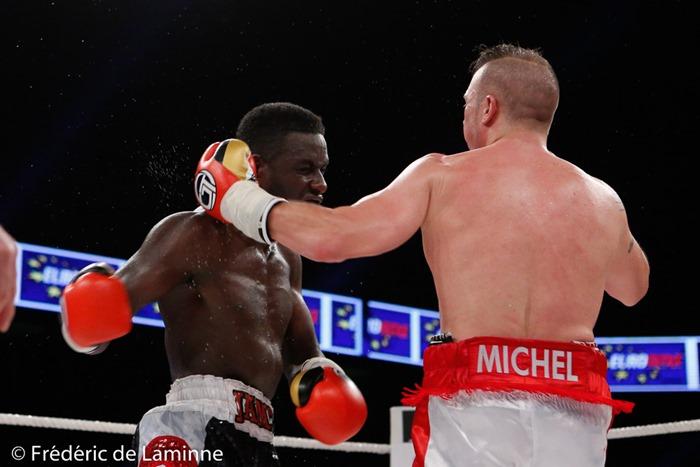 Combat entre Michel Garcia (short blanc/rouge) et James Hagenimana pour le championnat de Belgique poids moyens lors du Gala de boxe 3ème round pour le monde qui s'est déroulé à Charleroi (RTL Spiroudome) le 17/12/2016. Photo : Frédéric de Laminne