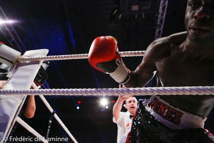James Hagenimana passe entre les cordes après avoir été mis KO durant son combat face à Michel Garcia pour le championnat de Belgique poids moyens lors du Gala de boxe 3ème round pour le monde qui s'est déroulé à Charleroi (RTL Spiroudome) le 17/12/2016. Photo : Frédéric de Laminne