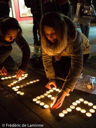 Namur, Belgium. 20 Dec, 2016. citizends light candles during the Help Syria gathering in Namur, Belgium. © Frédéric de Laminne