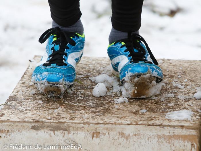 La neige s'amoncelle dans les spikes des coureurs lors du Cross du ROCA qui s'est déroulé à Wellin (Centre sportif) le 15/01/2017.
