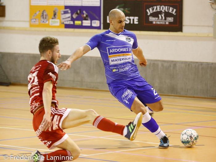 D. AMELOT (21) de My-Cars Roselies et S. DABHI (2) du FT Charleroi lors du Match de Futsal D1: My-Cars Roselies - Futsal Team Charleroi qui s'est déroulé à Aiseau-Presles (Sambrexpo) le 01/02/2017.