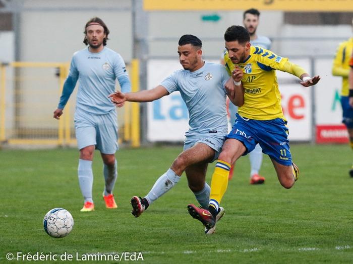 V. BELLIA (7) de l' UR Namur et Luca LENOIR (11) de la RES Couvin Mariembourg lors du Football D2ACFF: UR Namur – Couvin-Mariembourg qui s'est déroulé à Namur (bas prés) le 08/04/2017.