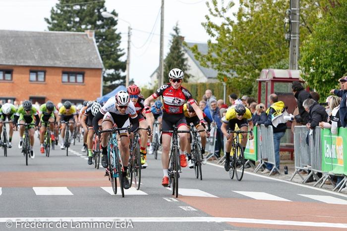 VAN TRICHT Floris (à droite) s'apprête à lever les bras lors de la Cyclisme débutants qui s'est déroulée à Vezin (Complexe Sportif) le 23/04/2017.