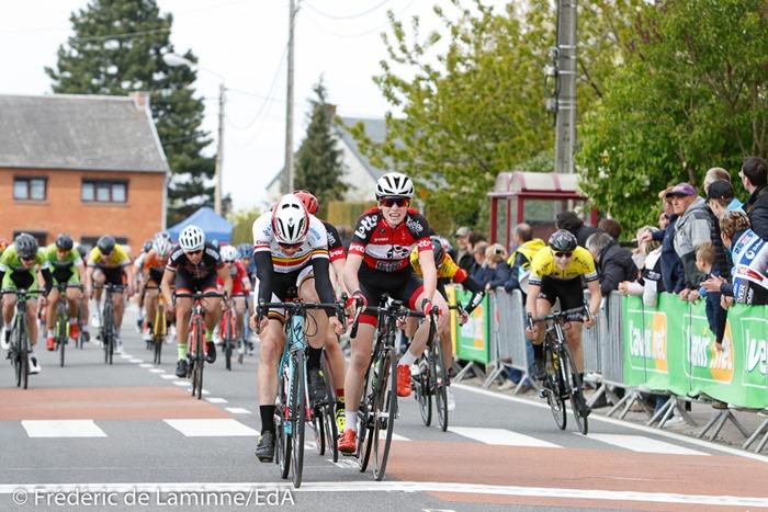 FRETIN Milan dépasse VAN TRICHT Floris sur la ligne lors de la course Cyclisme débutants qui s'est déroulée à Vezin (Complexe Sportif) le 23/04/2017.