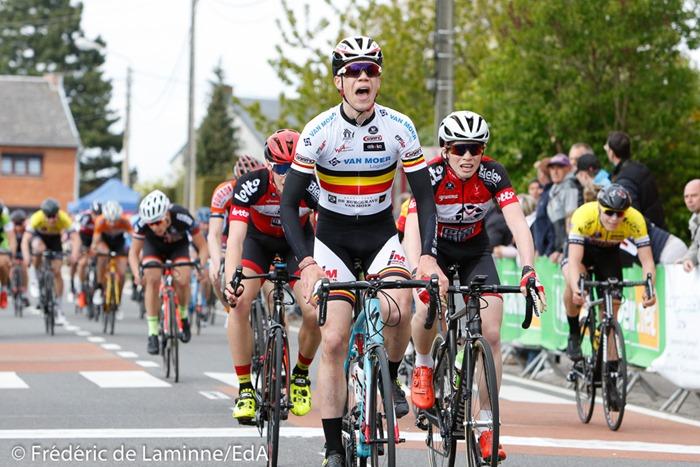 FRETIN Milan dépasse VAN TRICHT Floris sur la ligne lors de la Cycliste débutants qui s'est déroulée à Vezin (Complexe Sportif) le 23/04/2017.