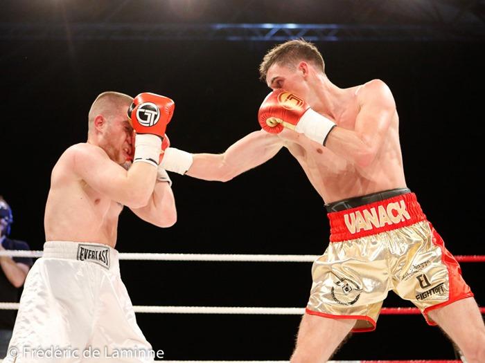 Antoine Vanackère (ceinture rouge) – Robert Causevic lors du Gala de boxe Round 4 qui s'est déroulé à Charleroi (Spiroudome) le 20/05/2017.