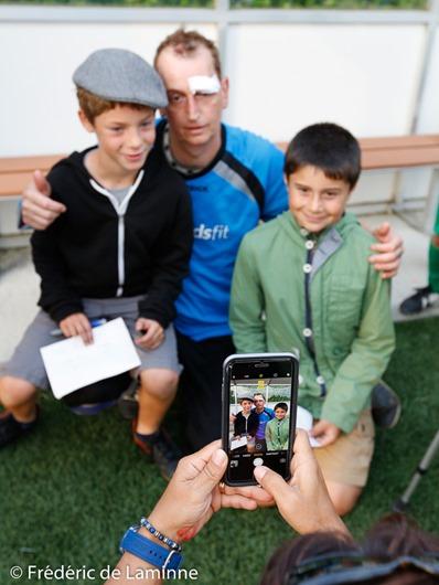 Jaja pose avec des fans pour la photo lors du match de football entre les Anciens de Meux et les Héros du Gazon 2 qui s'est déroulé à Meux (Football) le 17/06/2017. Photo : Frédéric de Laminne