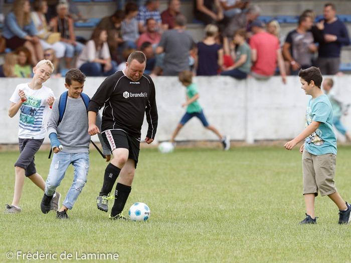 Les Héros n'ont pas pris la grosse tête, ici Olivier Leclercq qui joue avec des gamins durant la mi-temps du match de gala Football Eghezee all stars – Héros du Gazon qui s'est déroulé à Eghezée (stade Rubay) le 25/06/2017.