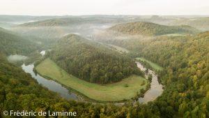 Le Tombeau du Géant se trouve dans un méandre de la Semois à Botassart, près de Bouillon.