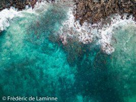contraste roche/mer/sable près de Orzola (Caleta del Mojon), Lanzarote.