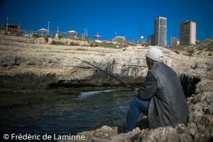 Près de la grotte aux Pigeons (Beyrouth), un petit port de pêche porte encore les traces du pétrole qui s'est répandu lors de la guerre du Liban de l'été 2006.