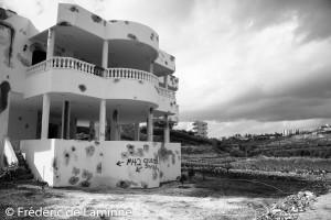 Cette maison du village de Ain BAAL et ses alentours ont été touchés durant la guerre du Liban de l'été 2006. La maison a été endommagée par des bombes à sous munition M42 de fabrication US.