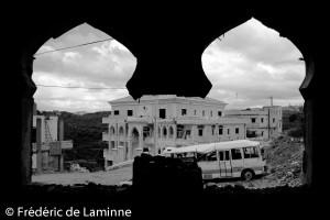 Vue depuis l'intérieur d'une mosquée de Cana partiellement détruite par la guerre du Liban de l'été 2006.