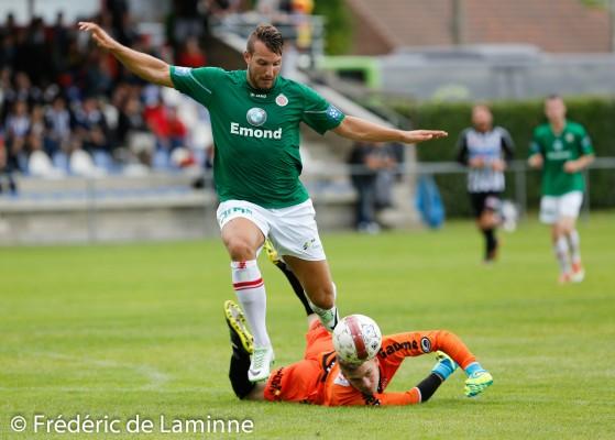 Mathieu CORNET (24) attaquant du Royal Excelsion Virton passe Maxime VANDERMEULEN (1) gardien du Sporting de Charleroi pour l'action menant au 4-1 lors du Match de préparation entre le Sporting de Charleroi (D1) et le Royal Excelsion Virton (D2) qui s'est déroulé à Mariembourg (Stade du Roi Soleil) le 05/07/2014.
