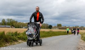 8km, qui a dit que les hommes ne s'occupaient pas des enfants ? Jogging de Leuze qui s'est déroulé à Leuze (place) le 01/05/2017.