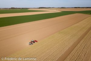 Un tracteur prépare un champ près de Vieux Waleffe. 17/04/2018.